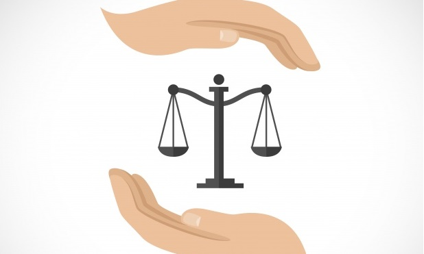 justicia-dos-manos-y-una-balanza_1284-724